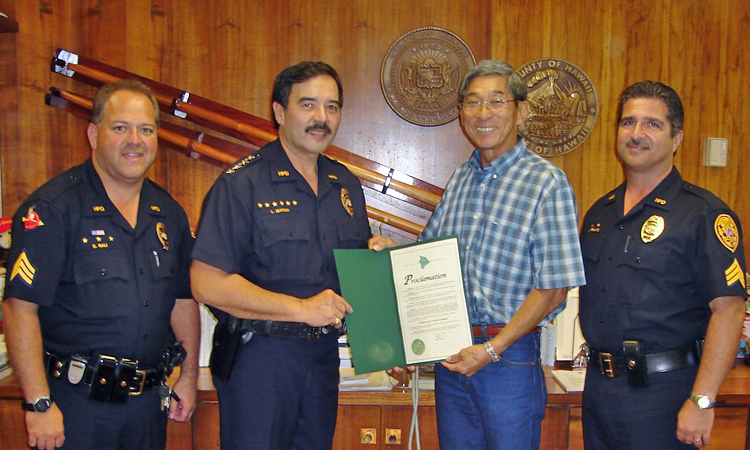 Photo of Christopher Gali, Chief Lawrence Mahuna, Mayor Harry Kim and Dexter Veriato